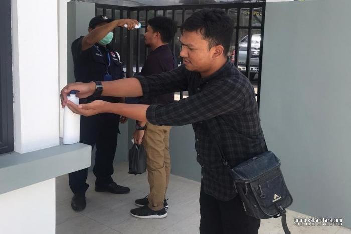 Aktivitas WNI yang mengurus dokumen di KRI Tawau Malaysia
