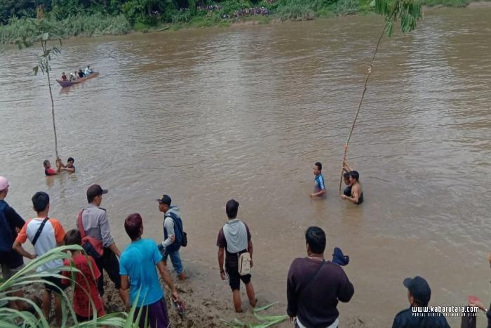 Ritual bedolop di sungai desa Mambulu Kecamatan Sembakung Atulai.