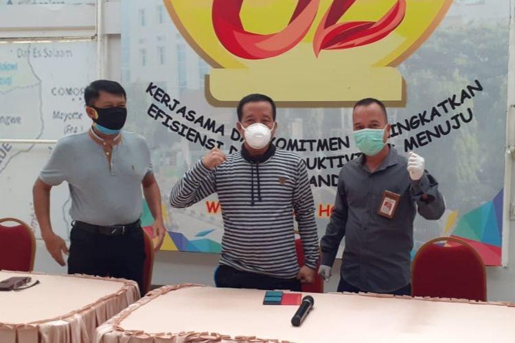 I Nyoman Warsayasa (Tengah) pasien positif terjangkit virus Corona dan dinyatakan sembuh saat berada di Rumah Sakit Muhammad Hoesin (RSMH) Palembang.(HANDOUT/RSMH PALEMBANG)
