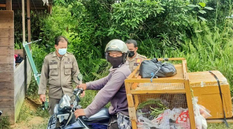 Personel Satpol PP Malinau Lakukan Penyekatan Batasi Mobilitas Masyarakat saat PPKM